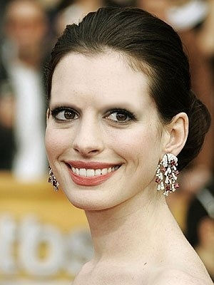 Anne-Hathaw-with-No-eyebrows-If-you-met-Anne-Hathaw-I-hope-you-will-not-want-to-run-away.-Does-she-look-Amazing